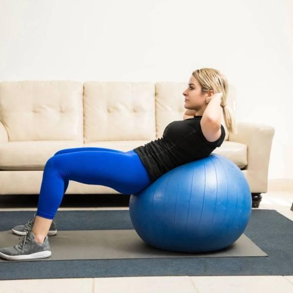 Sesuaikan ukuran bola dengan tinggi badan Anda Sesuaikan ukuran bola dengan tinggi badan Anda Pilih ukuran diameter gym ball sesuai dengan tinggi badan Anda. Jika tinggi Anda 165 cm atau kurang, pilihlah bola berdiameter 55 cm. Apabila tinggi badan Anda 165-185 cm, pilihlah bola berdiameter 65 cm. Terakhir, jika tinggi Anda 185 cm atau lebih, pilihlah bola berdiameter 75 cm. Jika Anda memilih ukuran bola Gym yang tidak sesuai dengan tubuh Anda, efek pelatihan akan berkurang setengahnya. Jadi, penting untuk mengetahui ukuran bola yang cocok untuk Anda terlebih dahulu. Kemudian, pilihlah bola dengan warna favorit Anda dan fungsi yang diinginkan.