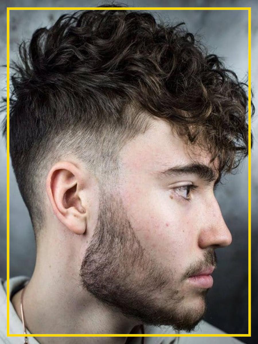 Mid fade ou disfarçado médio no cabelo ondulado.