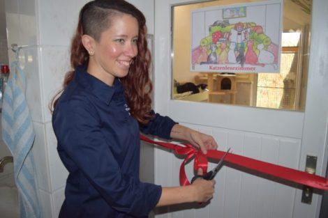 Strahlende Augen und ein freudiges Lächeln: Corinna Hoser freut sich sichtlich über die offizielle Eröffnung des Katzenlesezimmers. Foto: ls