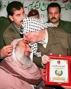 https://i0.wp.com/www.objectivite.org/wp-content/uploads/2009/01/arafat-kiss-yassin.jpg