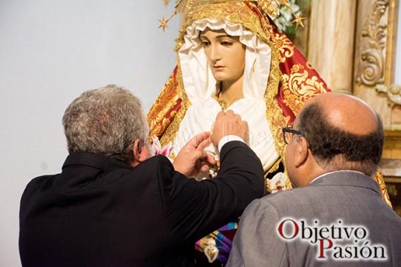 Imposición escudo de oro de Jesús de la Sentencia a la Virgen de la Amargura