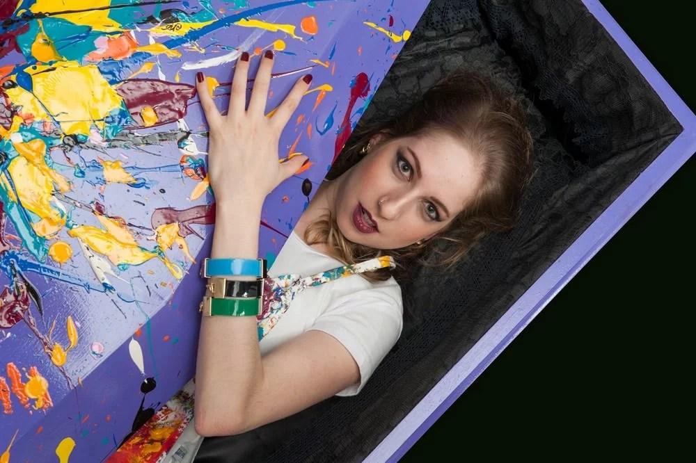 Aline Pascholati e seu caixão-obra de arte (detalhe). Foto Demétrio Razzo – Divulgação.
