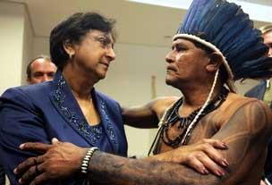 A alta-comissária da ONU para Direitos Humanos, Navanethem Pillay, cumprimenta o Capitão Potiguar, que apresentou relatório sobre a situação dos povos indígenas no Brasil (foto: Agência Brasil)