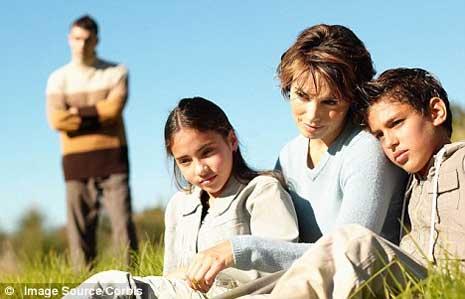 A dor do divórcio: muitas crianças nunca mais verão o pai depois da separação. (Foto: Daily Mail)