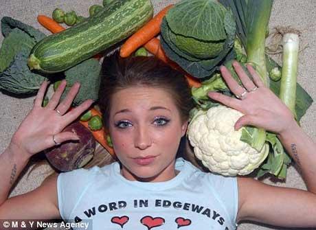 Vicki Larrieux morre de medo de legumes e para fazer esta experiência, passou quase uma hora para criar coragem, mas ficou pouco mais que um segundo perto deles (Daili Mail).