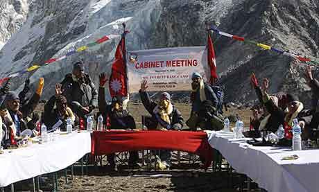 O primeiro ministro de Nepal, Madhav Kumar, reunido na encosta do Everest|AP