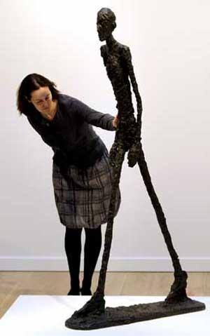 Uma escultura de Giacometti torna-se a mais cara obra leiloada