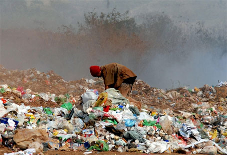 homem fazendo coleta seletiva de lixo