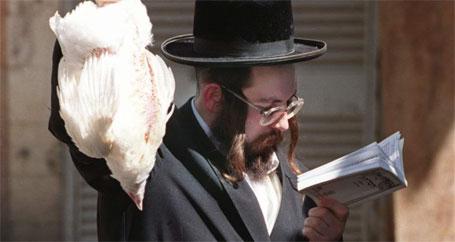 Um rabino com um frango