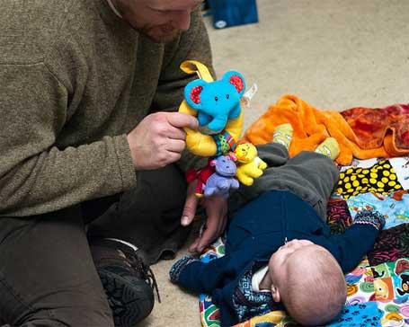 Foto de um bebê brincando