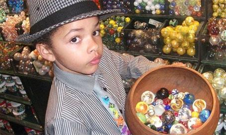 Foto do menino de 8 anosque ficou rico vendendo bolinhas de gude