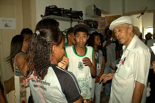 Imagem Museu do Cinema Roque Araújo e alunos do Distrito dos Humildes