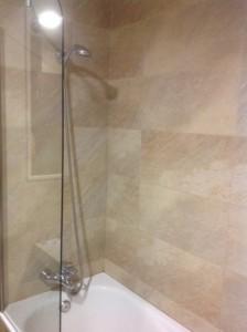 Alicatado de cuarto de baño. Bañera y mampara