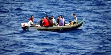 "Une barque transportant des immigrants clandestins, appelés communément ""Harraga"" en Algérie"