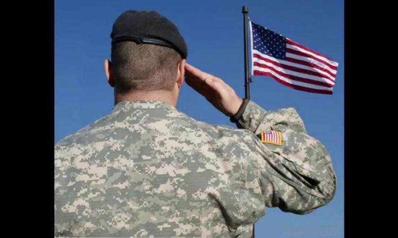 Les généraux à la retraite et les amiraux des Etats-Unis prennent un exemple des généraux français
