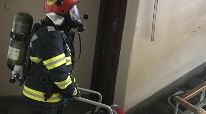 18 persoane evacuate dintr-un bloc după ce un apartament a luat foc