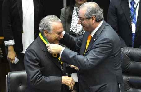 Brasília - O vice-presidente Michel Temer recebe do presidente da Câmara dos Deputados, Eduardo Cunha, a Medalha do Mérito Legislativo 2015 (Antonio Cruz/Agência Brasil)
