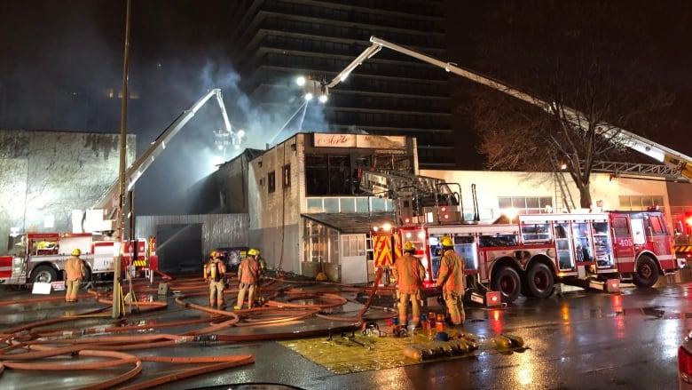 https://i.cbc.ca/1.5076485.1553853804!/fileImage/httpImage/image.jpg_gen/derivatives/16x9_780/griffintown-fire-crews.jpg