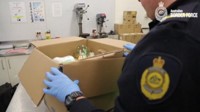 加拿大圣诞装饰水晶球竟然藏100万液体冰毒