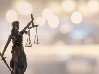 一个脑袋两顶帽子:加拿大司法部长和总检察长是否应该由不同的人担任?