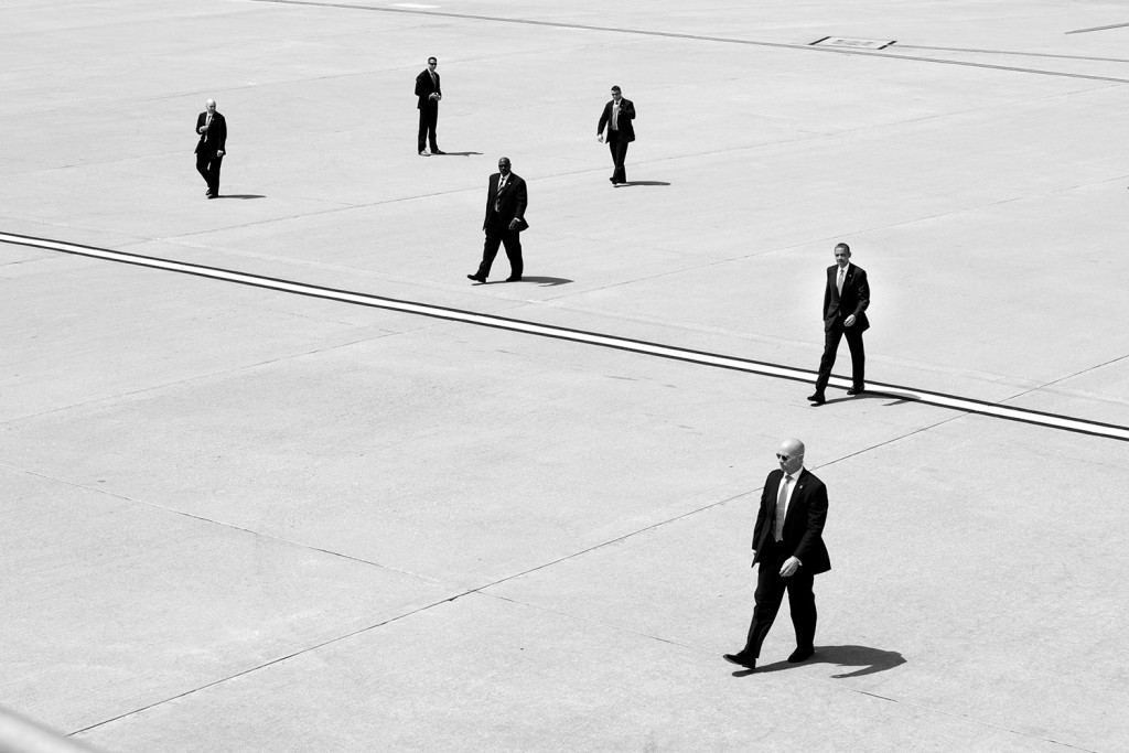 President Barack Obama walks with U.S. Secret Service agents to Air Force One at Los Angeles International Airport in Los Angeles, Calif., May 8, 2014. Photo: The White House