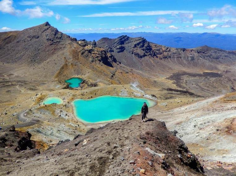 Die Emerald Lakes liegen in der kargen Landschaft des Tongariro Alpine Crossings.