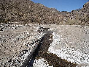 Caño del mineraloducto y derrame en lecho del río Vis Vis