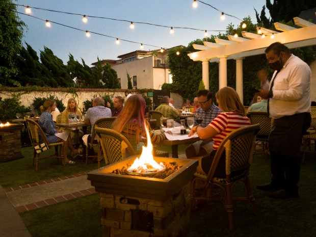 The backyard dining area at Five Crowns in Corona del Mar (Photo by Brad A. Johnson, Orange County Register/SCNG)