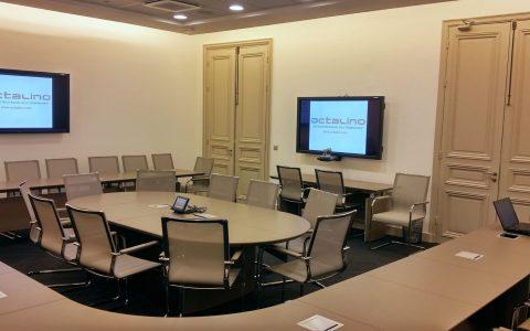 Salle de réunion avec visioconférence et écran tactile