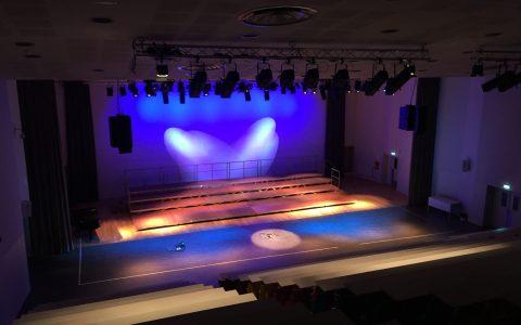 Salle de spectacle avec éclairage scénique et diffusion audio line-array