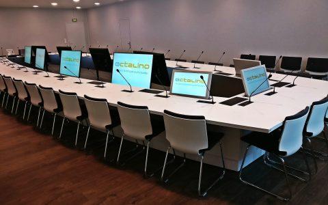 Salle du conseil d'administration avec système de conférence, vote et diffusion vidéo