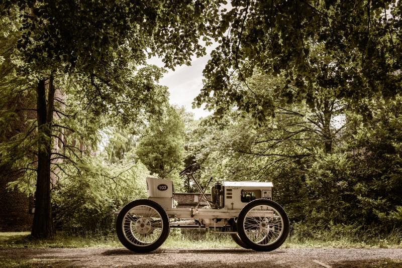 Opel-Rennwagen von 1903 in der Natur