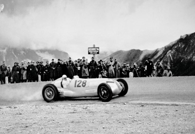 Großglockner, 1939: Hermann Lang gewinnt mit dem Mercedes-Benz W 125 die Deutsche Bergmeisterschaft für Rennwagen.