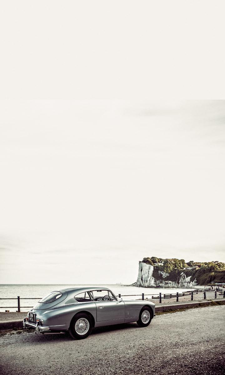 Aston Martin DB2/4 stehend an einer Promenade