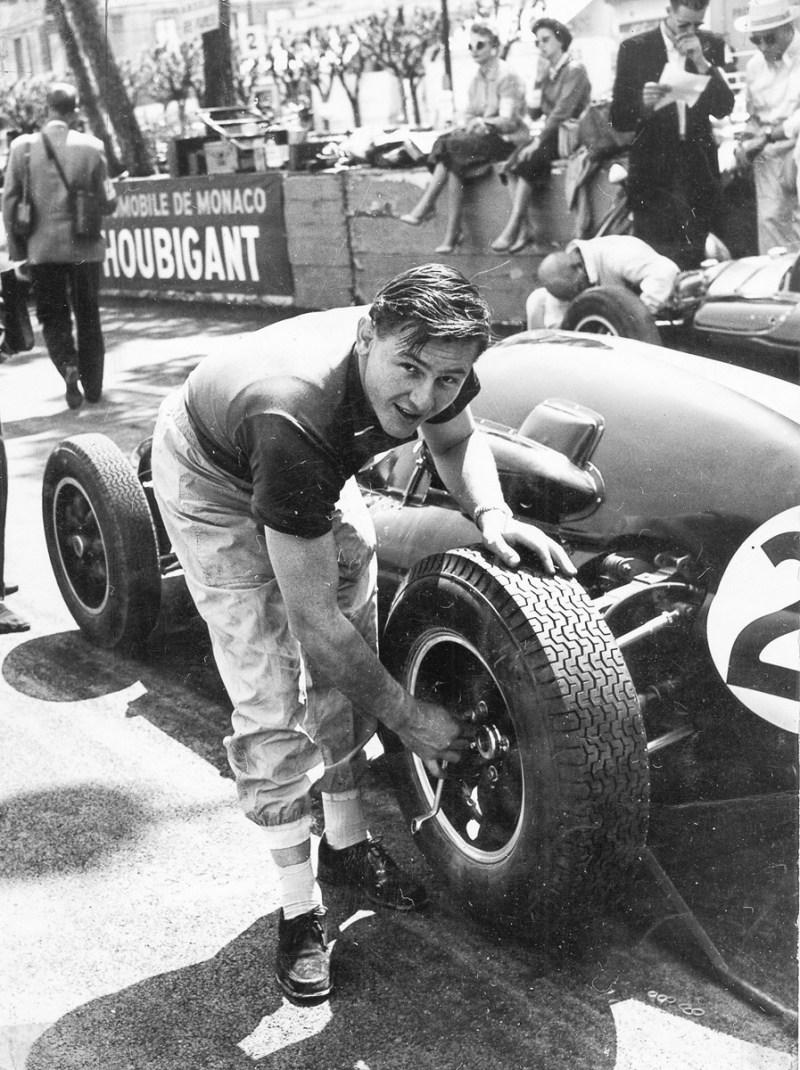 Bruce McLaren schraubt an seinem Rennwagen