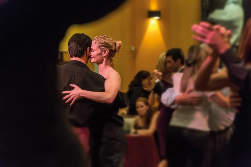Paare, die Tango tanzen