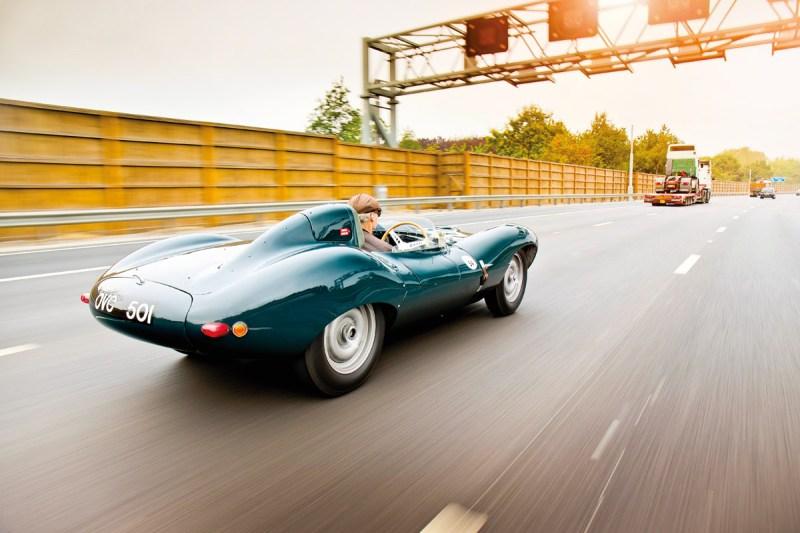 Jaguar D-Type Heck, fahrend auf Autobahn
