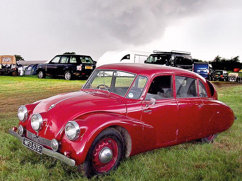 Tatra T87 steht in einer Wiese auf einem Tatra-Treffen