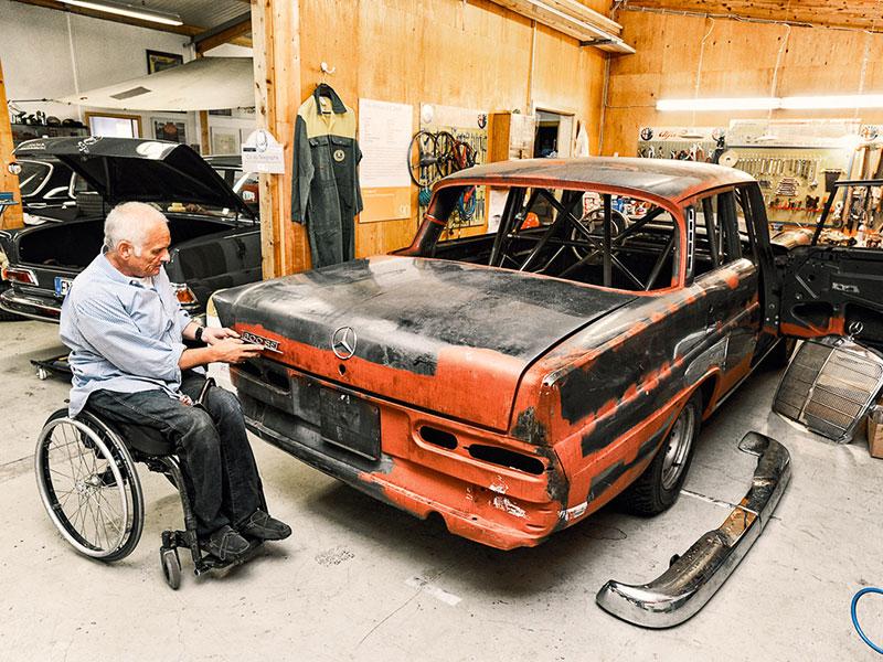 Egon Tauscher schraubt an einem Mercedes-Benz