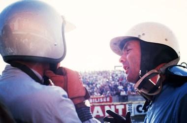 Absprache zwischen den Rennfahrern Olivier Gendebien und Phil Hill