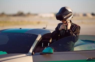 Fahrer steigt mit einem Head-Mounted Display in einen Mustang