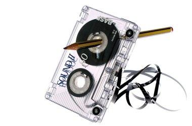 Auf einen Bleistift aufgespießte Compact Cassette