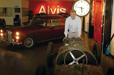 Alan Stote von Red Triangle Autoservices vor einem seiner Alvis
