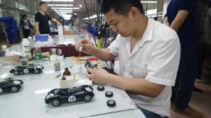 Fast wie in der richtigen Automobil-Produktion reihen sich Chassis an Chassis, Karosserie an Karosserie. Bis zu 2000 Einzelteile pro Modell werden so von Hand zusammengesetzt.