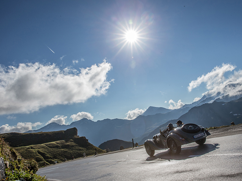 Teilnehmer der Saalbach Classic vor Alpenpanorama