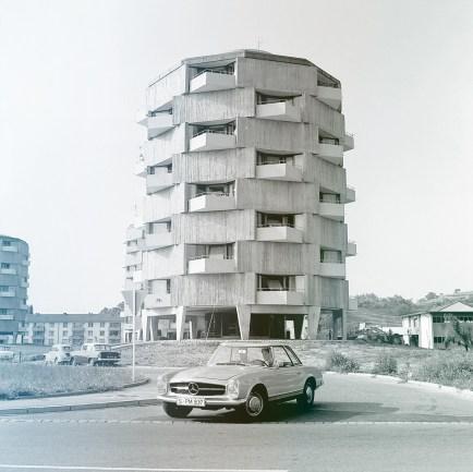 Mercedes-Benz 230 SL Pagode parkend vor einem Gebäude