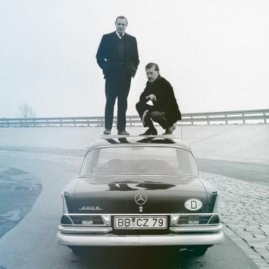 Béla Barényis und Paul Bracq beim Belastungstest des Dach der Pagode