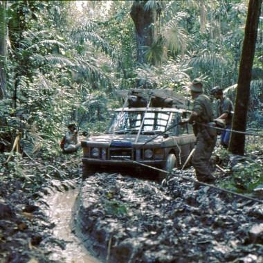 Range Rover auf der Panamericana, wird durch den Schlamm gezogen