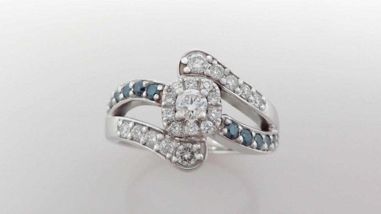 Bague or blanc 14 k sertis d'un total de 0.71 ct de diamants blanc et bleu
