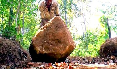 Indian Man Single-Handedly Builds 8-Km Mountain Road So His Kids Could Visit More Often